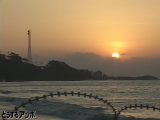 キャンプ・シュワブ沖に昇る朝日
